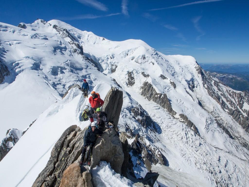 Cosmiquesryggen med Mont Blanc i bakgrunnen. Normalveien via Aiguille de Gouter følger i grove trekk horisonten fra høyre Foto: Halvor Dannevig