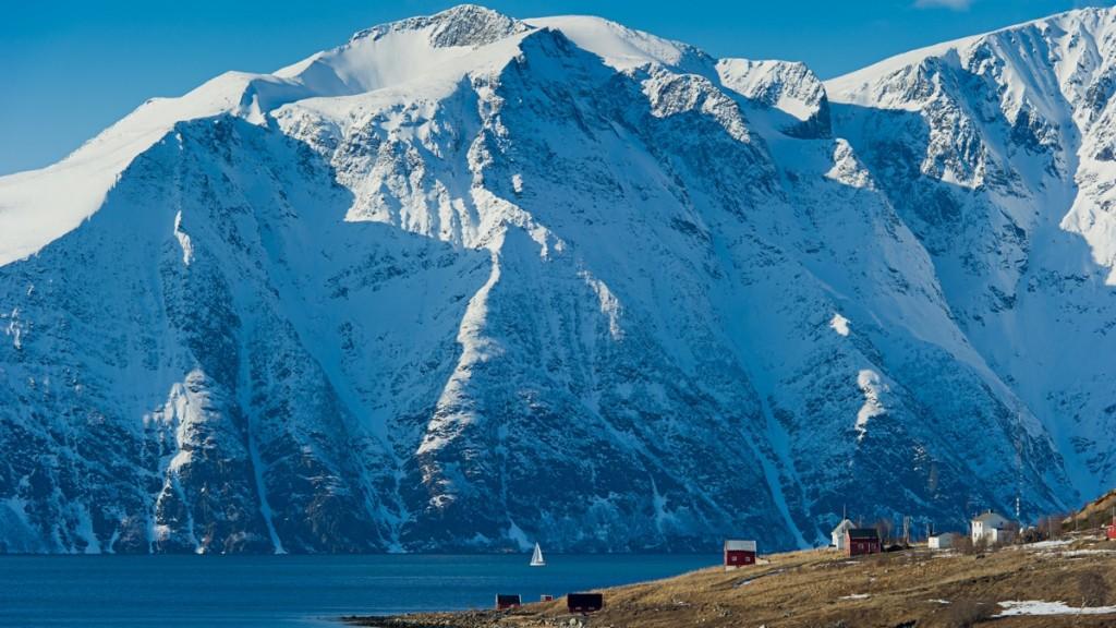 Du blir raskt liten blandt store fjell! Foto: Boreal Yachting